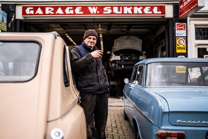 Garage Sukkel in Oosterbeek bestaat 100 jaar.  ,,Een monteur in een grote garage ziet niet wiens auto hij repareert. Ik wel.''