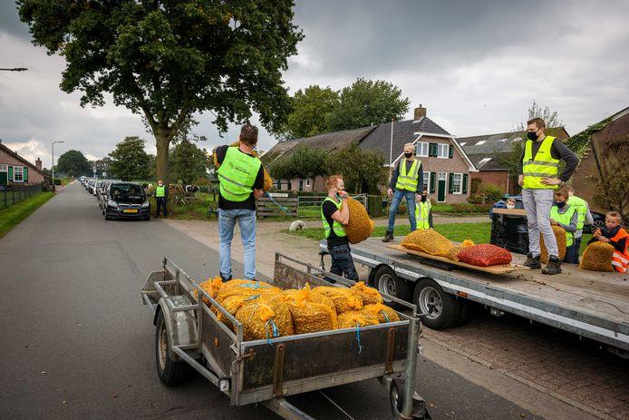 """Er werd dit jaar een recordaantal eikels opgeraapt door kinderen in Staphorst.  ,,Het is goed dat de kinderen buiten zijn"""", stelt initiatiefnemer Klaas Slager (70)"""