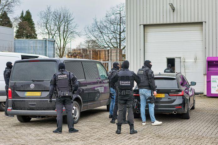 De inval van de douane vond vanochtend plaats. Vanmiddag is men begonnen met het ontruimen van het pand dat in eigendom is van de Islamitische Stichting Nederland. Op deze locatie moet de nieuwe Turkse moskee van Oosterhout komen.