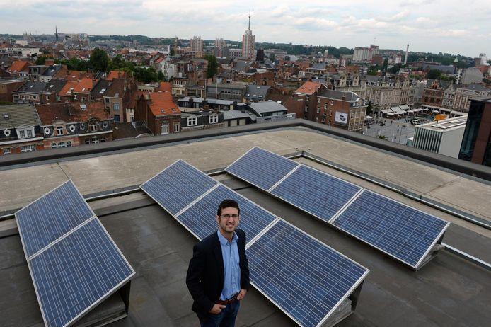 Burgemeester Mohamed Ridouani bij de zonnepanelen op het dak van het Stadskantoor, één van de vele manieren waarop de stad streeft naar klimaatneutraliteit.