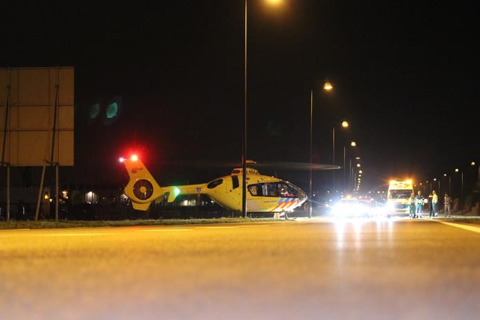 De traumahelikopter naast de af- en toerit van de A50 bij Apeldoorn-Noord.