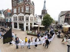 Tilburg valt even stil als indrukwekkend lint met namen van 160 slachtoffers door de straten trekt