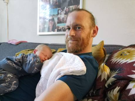 Hij sliep op straat en was verslaafd aan drugs, nu is 'caveman' Patrick (46) vader: 'Ik ben zo gelukkig'