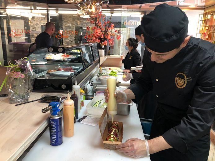 De sushi en warme gerechten worden na de bestelling ter plekke door de koks bereid.