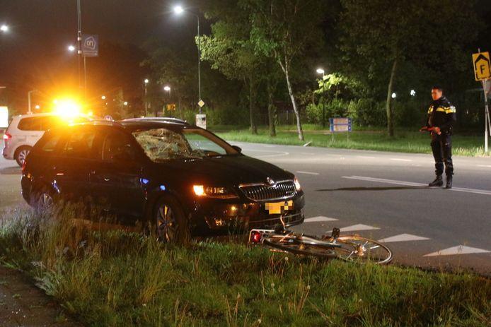 De auto moest worden weggesleept na het ongeval aan de Laan van Westenenk in Apeldoorn, waarbij een fietser gewond raakte.