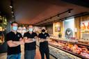 Kip & Co heeft een vierde winkel geopend. Dit nieuwe filiaal is te vinden in Hoevenen. V.l.n.r.: zaakvoerders Robin Van Echelpoel, Steve Verwerft en Benny Melis