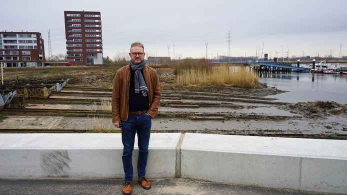 Burgemeester Dimitri Van Laere aan de oude scheepshelling en de twee bestaande woonblokken op de CNR-site.