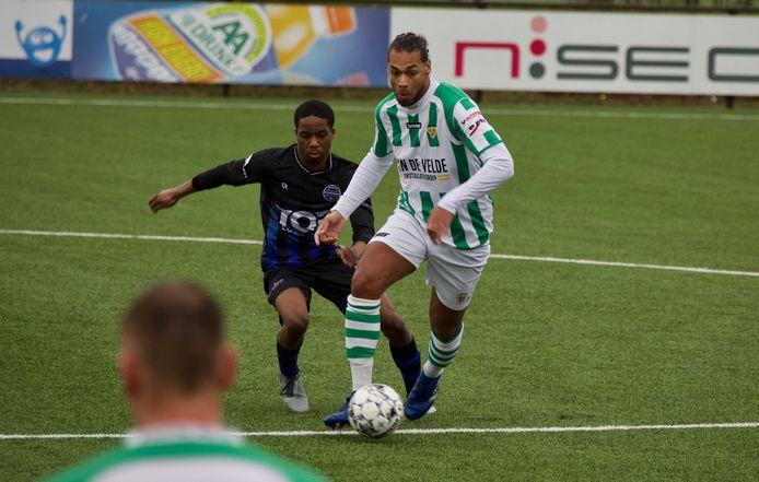 Lionel Fitsch aan de bal in het oefenduel van Kloetinge met SV Poortugaal.