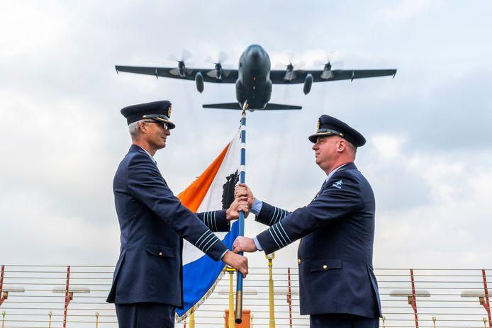 De commando-overdracht op Vliegbasis Eindhoven. Links Harold Boekholt en rechts Jorrit de Gruijter.
