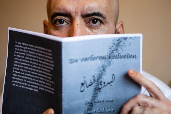 Hasan Kaddour met de eerste uitgave van zijn gedichtenbundel.