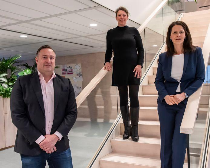 De bestuurders van de drie grote woningcorporaties in Zoetermeer: vestigingsmanager Zoetermeer Marco Beekman van Vestia, directeur Mariette Heemskerk van De Goede Woning en voorzitter van de raad van bestuur van Vidomes Daphne Braal.