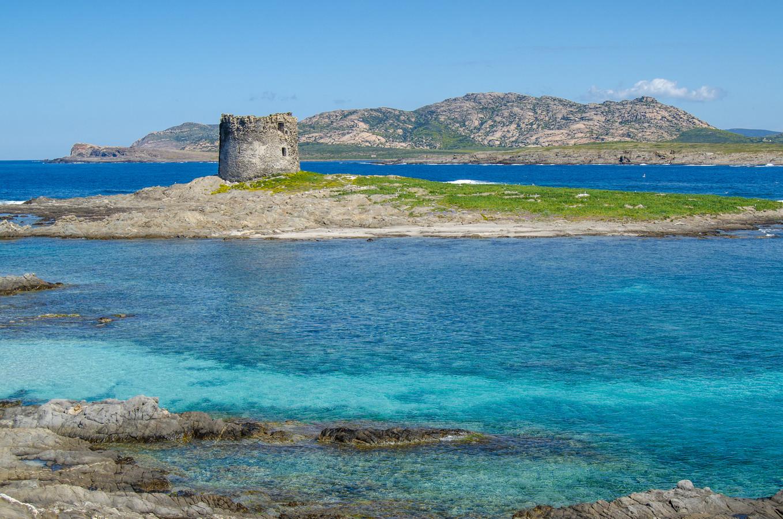 Het oude torentje op een eiland voor de kust van La Pelosa.