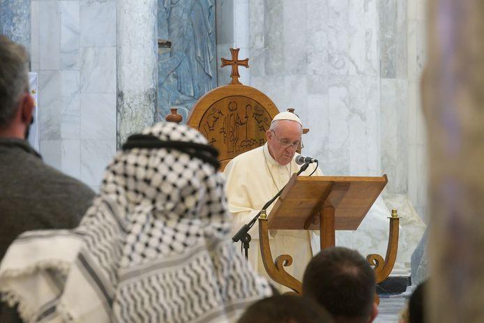 Paus Franciscus tijdens zijn bezoek aan de Kerk van de Onbevlekte Ontvangenis in de Iraakse stad Qaraqosh.