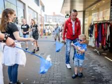 Mooi weer en 'Almelo loves you': Het is weer gezellig druk in de binnenstad