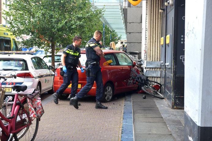 Een auto is vanmiddag tegen een gevel aangereden in de Jan Hendrikstraat.