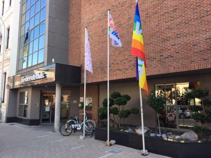 De gemeente laat de vredesvlag, rechts, wapperen.