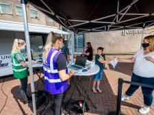 Op marktdag in Lekkerkerk kunnen inwoners zich zonder afspraak laten prikken: 'Lekker makkelijk'