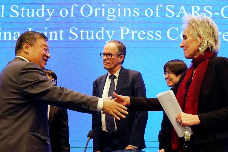 Marion Koopmans (rechts) en Peter Ben Embarek tijdens de persconferenie over de  WHO-onderzoeksmissie in Wuhan.  Beeld AP