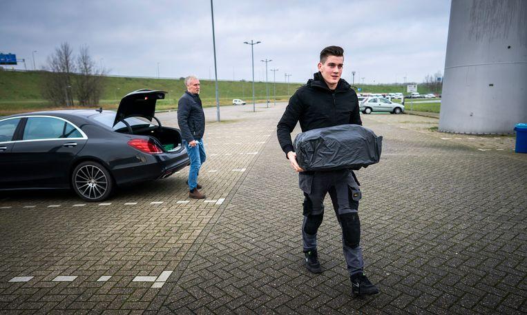 Een vader levert met zijn zoon vuurwerk in.  Beeld Freek van den Bergh / de Volkskrant