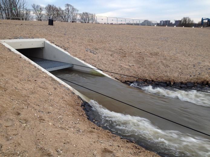 Het water stroomt van de Waal naar de nevengeul