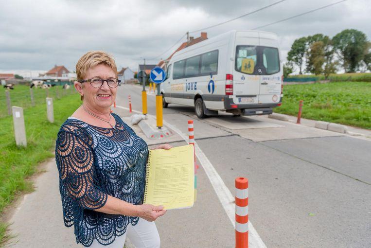Nicole Deswarte met de petitie bij de verkeersdrempels.