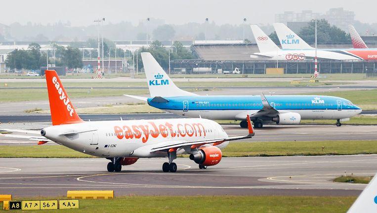 Een Boeing van KLM, nummer één op Schiphol, en een Airbus van Easyjet, nummer twee Beeld Remko de Waal/ANP
