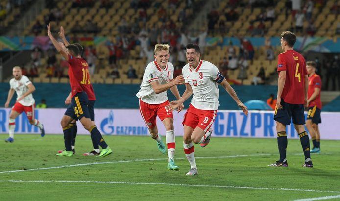 Robert Lewandowski viert de 1-1 van Polen tegen Spanje.