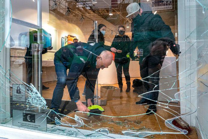 In Den Bosch waren winkeliers dinsdag druk met het opruimen van de rotzooi.