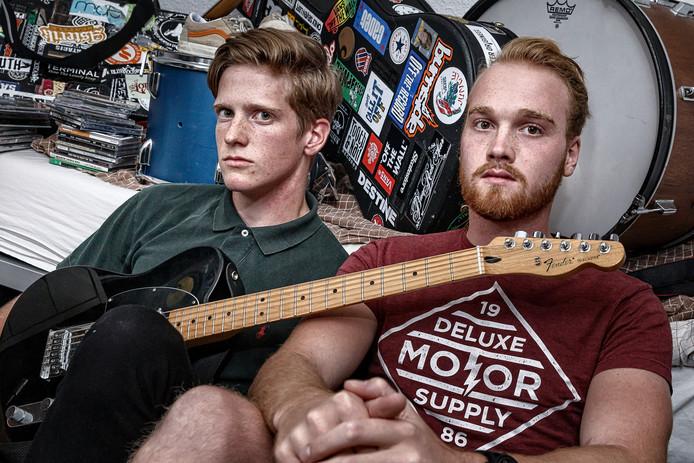 Levi Reinds (gitaar) en Tom Zijlstra (zang) van Unyieldead uit Hattem hebben in vijf dagen tijd op een slaapkamer van zo'n kleine 6 vierkante meter een EP opgenomen.