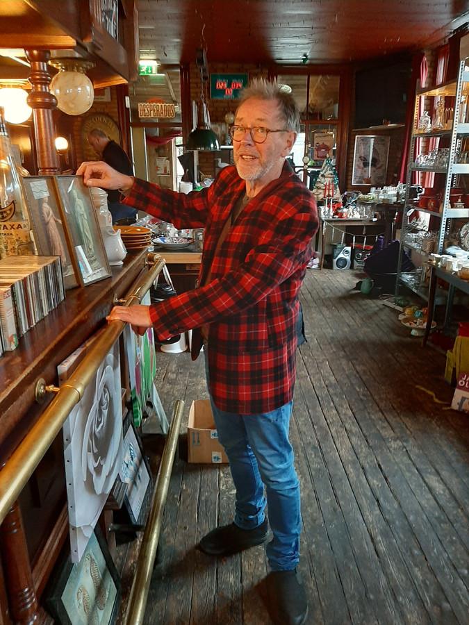 Uitbater Gert de Jong heeft café-tapperij In de Gauwe Geit in enkele dagen omgetoverd tot een waar kringloopparadijs.