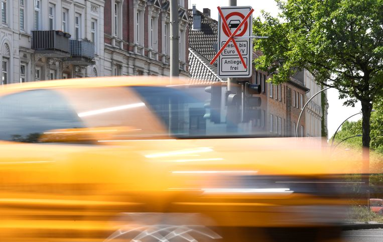FILE PHOTO: A car passes a traffic sign showing a ban on diesel cars at the Max-Brauer Allee in downtown Hamburg, Germany May 23, 2018. REUTERS/Fabian Bimmer/File Photo Beeld REUTERS