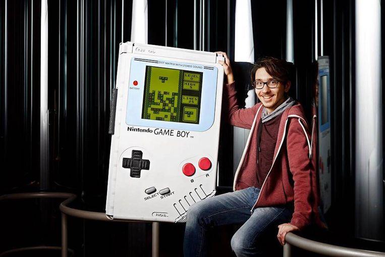 Ilhan Ünal met zijn Game Boy.