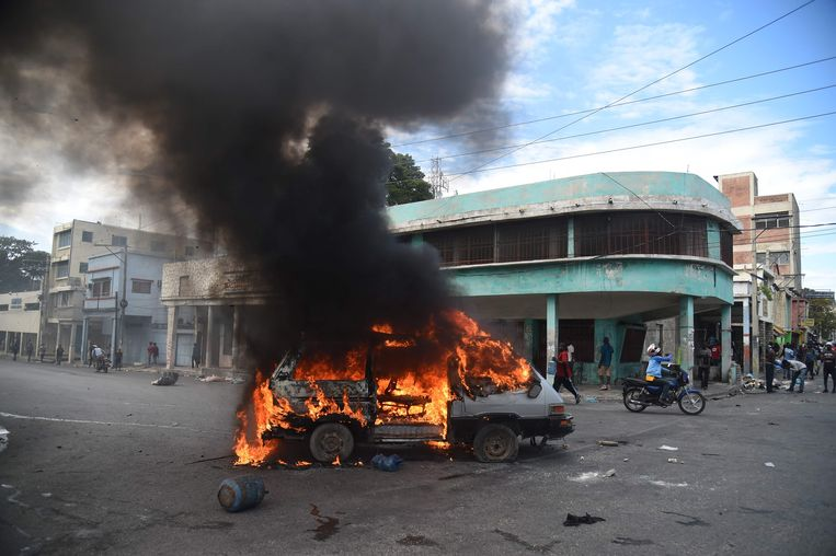 Een auto staat in brand in de Haïtiaanse hoofdstad Port-au-Prince.