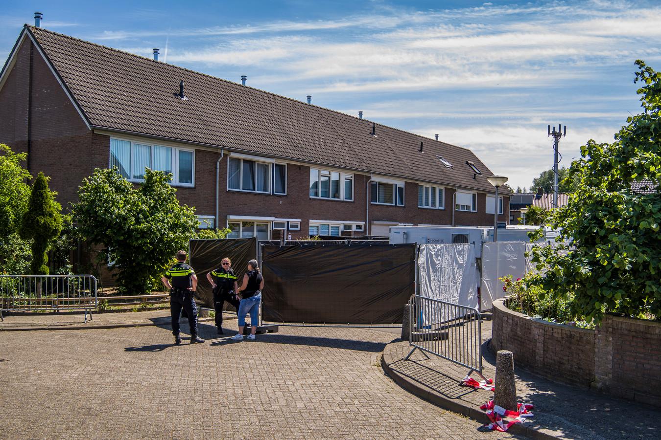 Onderzoek bij de woning aan de Jan Vermeerstraat in Haaksbergen.