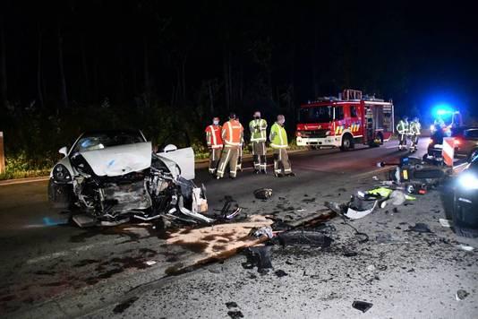 Het ongeluk in Stekene: Links de witte Porsche, rechtsachter de motor van de agent.