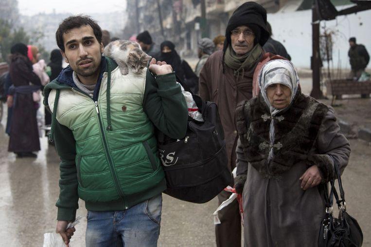 De laatste burgers van Aleppo ontvluchten de stad. Beeld AFP