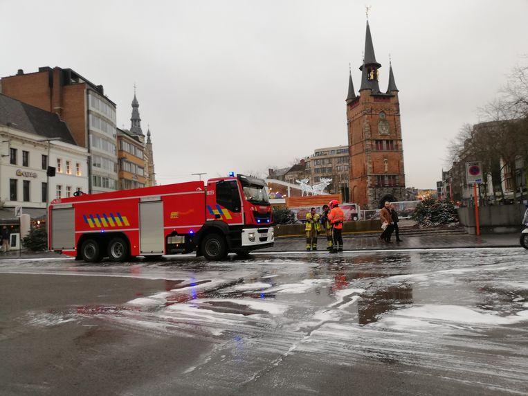 De brandweer ruimt het mazoutspoor op met behulp van schuim