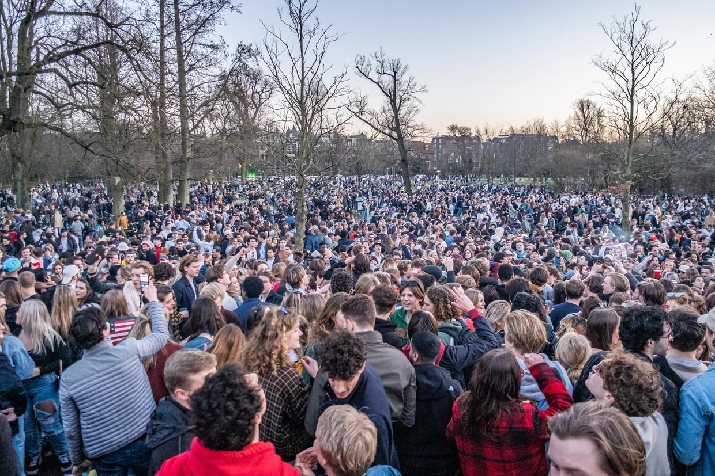 De afgelopen weken is het Vondelpark zeker vier keer gesloten nadat feestende jongeren het park in een festivalterrein hadden veranderd. Beeld Joris van Gennip