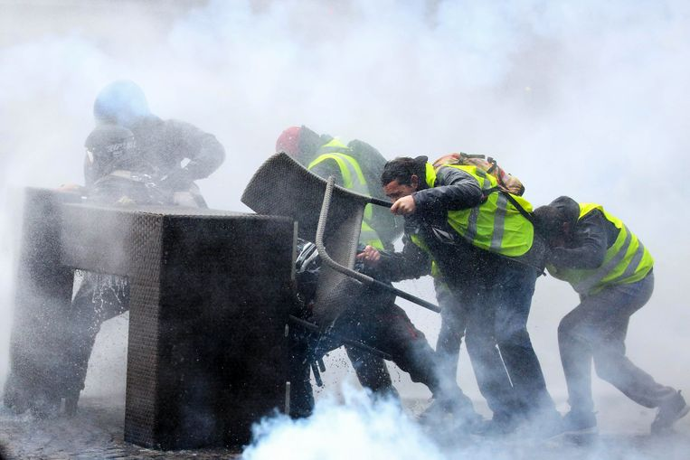 Een manifestatie van de 'gilets jaunes' op de Champs-Elysées in Parijs op zaterdag 24 november. Beeld Photo News