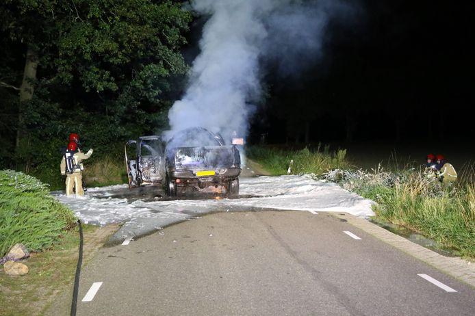 Gastank ontploft bij autobrand Hooge Mierde