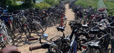 Fietsers en scooters blokkeren toegang naar Grindgat: politie en boa's dreigen rijwielen weg te halen