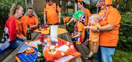 Zij zijn er klaar voor: bewoners Kannenburg In Deventer juichen alvast  voor de eerste goal van Oranje