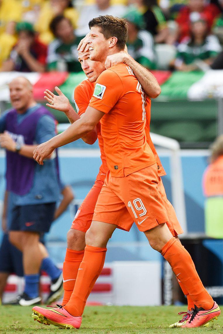 Niet Arjen Robben maar Klaas-Jan Huntelaar benut de penalty, waarmee hij Oranje voorbij Mexico schiet. Beeld Guus Dubbelman / de Volkskrant