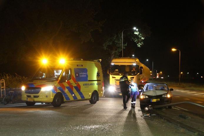 Een automobiliste op de N348 bij Raalte moest noodgedwongen uitwijken en knalde daardoor op een lantaarnpaal.