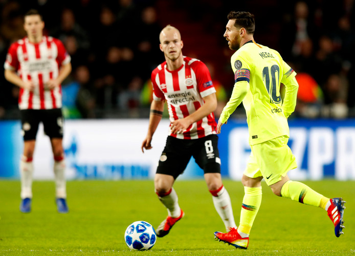 Lionel Messi en Jorrit Hendrix duelleren tijdens PSV - FC Barcelona.