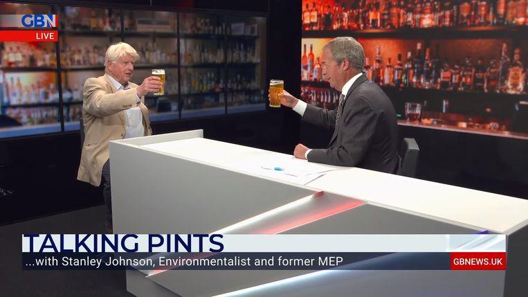Nigel Farage (rechts) ontvangt in zijn programma Talking Pints op GB News Stanley Johnson, de vader van premier Boris Johnson.  Beeld videobeeld