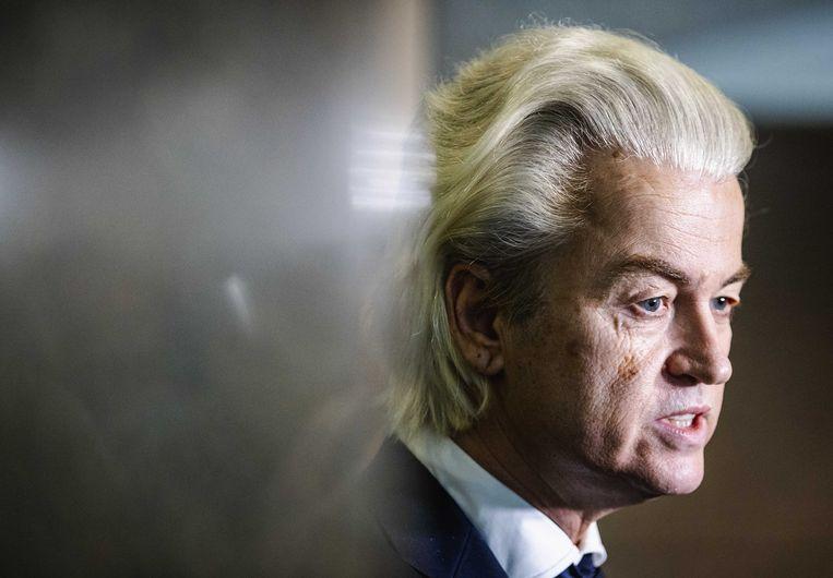 Geert Wilders (PVV) staat de pers te woord voorafgaand aan het debat over de ontwikkelingen rondom het coronavirus. Beeld ANP