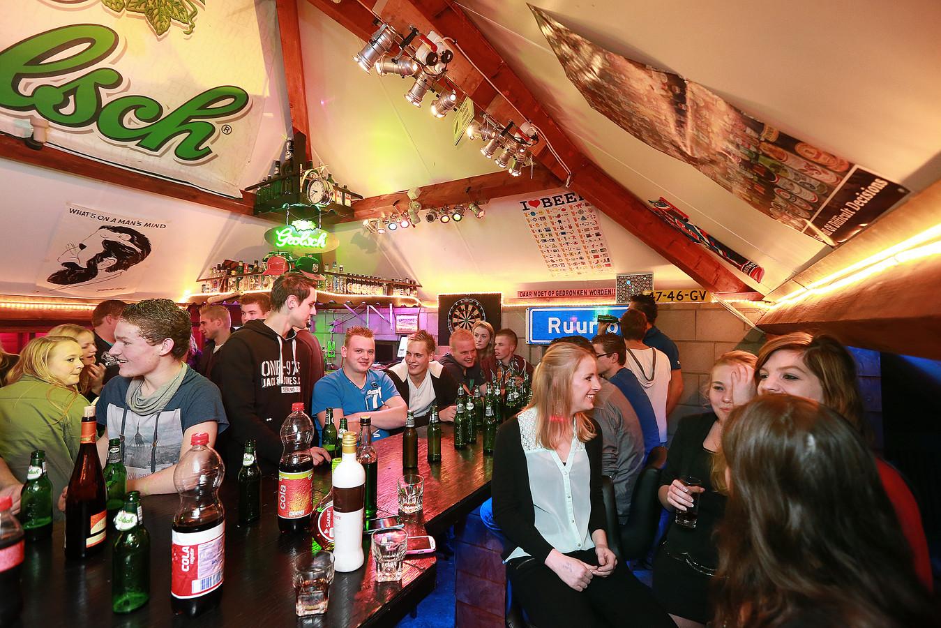 Jongeren in keet Bomers Bar in Ruurlo (archieffoto uit 2013 ter illustratie).