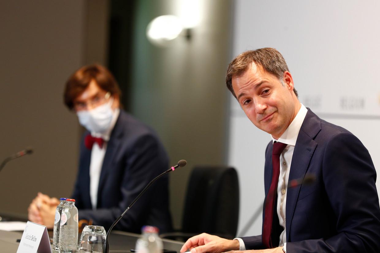 Premier Alexander De Croo en Waals minister-president Elio Di Rupo op het overlegcomité. Beeld BELGA