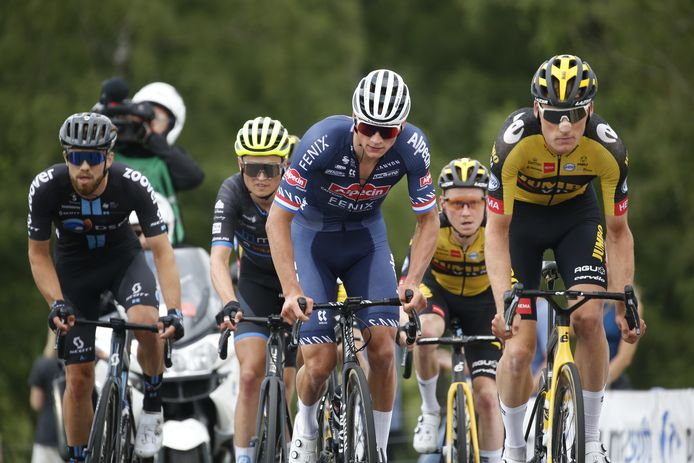 Mathieu van der Poel is omringd door Jumbo-Visma-renners.